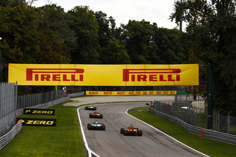 Kevin Magnussen, Haas F1 Team VF-18, leads Stoffel Vandoorne, McLaren MCL33, Romain Grosjean, Haas F1 Team VF-18, and Fernando Alonso, McLaren MCL33