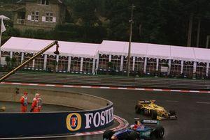 Jean Alesi, Sauber C17, precede Ralf Schumacher, Jordan 198