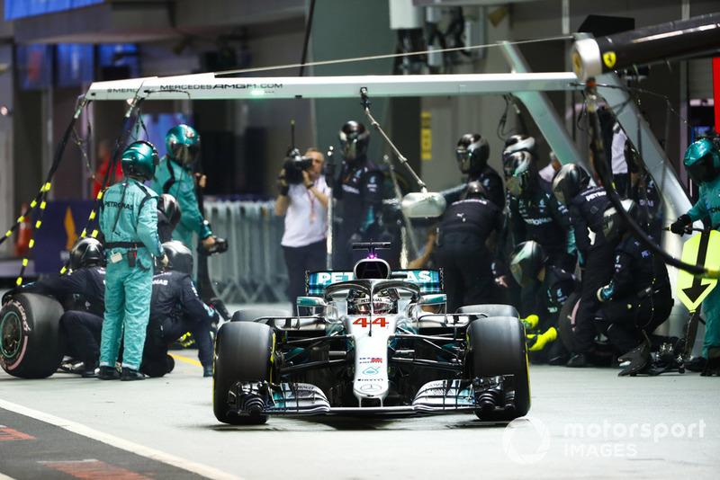 Lewis Hamilton, Mercedes AMG F1 W09 EQ Power+, wyjeżdża ze stanowiska serwisowego