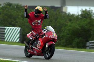 Manuel Poggiali celebra la consecución del título de 125cc