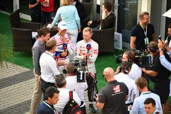 Kevin Magnussen, Haas F1 Team en Esteban Ocon, Racing Point Force India F1 Team met Paul di Resta, Sky TV en Simon Lazenby, Sky TV