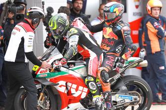 Bradley Smith, Red Bull KTM Factory Racing, riceve un passaggio da Crutchlow, dopo la caduta