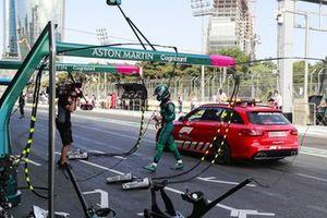 La vouture médicale dépose Lance Stroll, Aston Martin, à son garage après son accident