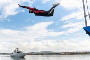Sebastien Ogier, Toyota Racing, se jette à l'eau pour célébrer sa victoire en Sardaigne