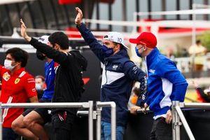 Pierre Gasly, AlphaTauri, en Nikita Mazepin, Haas F1, tijdens de rijdersparade