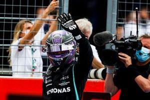 Le 2ᵉ Sir Lewis Hamilton, Mercedes, salue les fans depuis le parc fermé