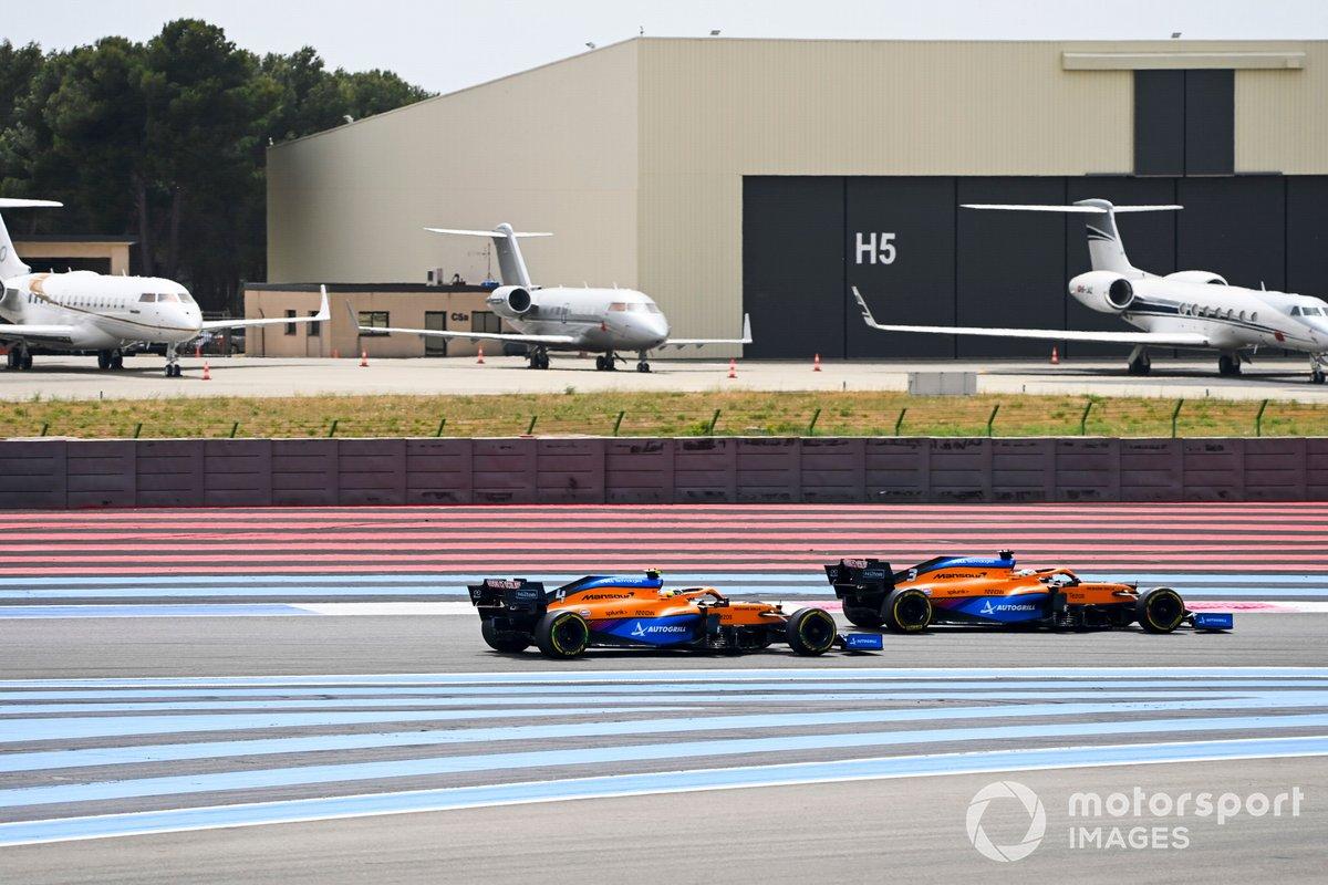 Daniel Ricciardo, McLaren MCL35M , passa Lando Norris, McLaren MCL35M