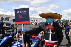 Un modello in costume tradizionale con l'auto di Robin Frijns, Envision Virgin Racing, Audi e-tron FE07