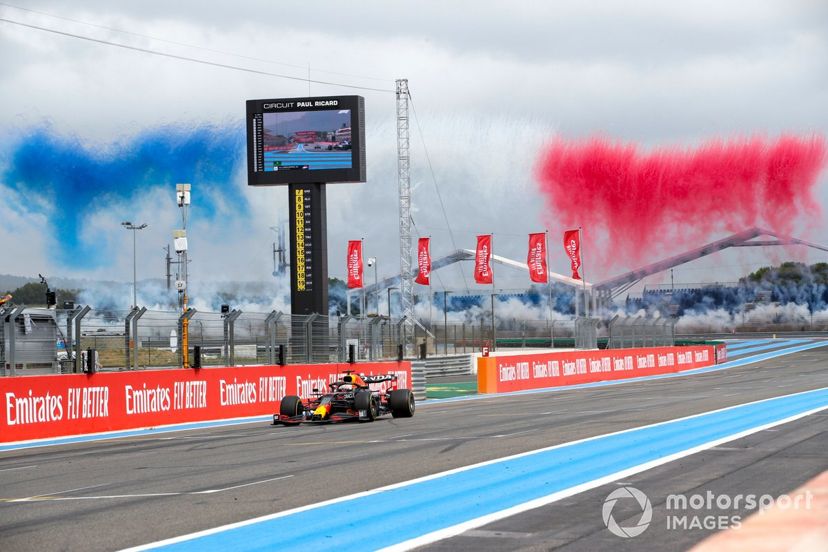 El ganador de la carrera, Max Verstappen, el RB16B de Red Bull Racing cruza la línea de meta ante la celebración de su equipo