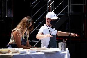 Valtteri Bottas, Mercedes, neemt deel aan een kookactiviteit