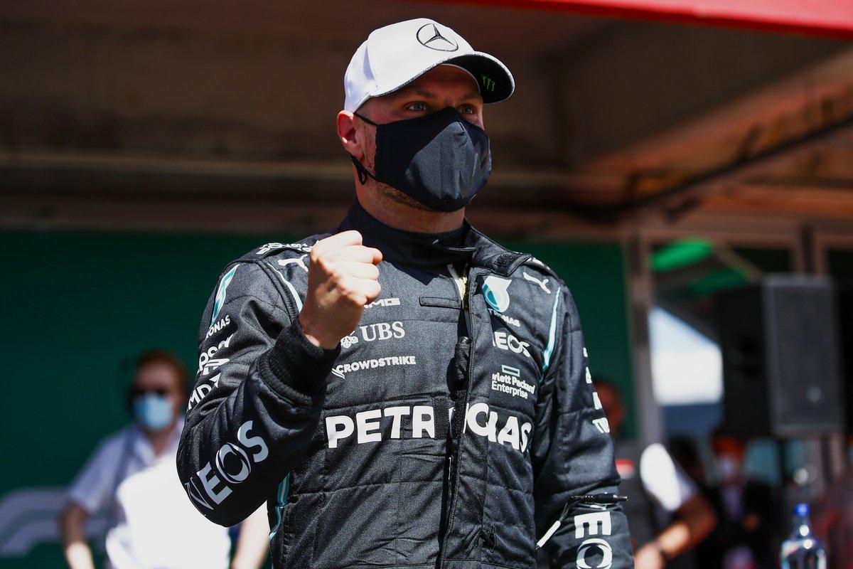 Ganador de la pole Valtteri Bottas, Mercedes, celebra