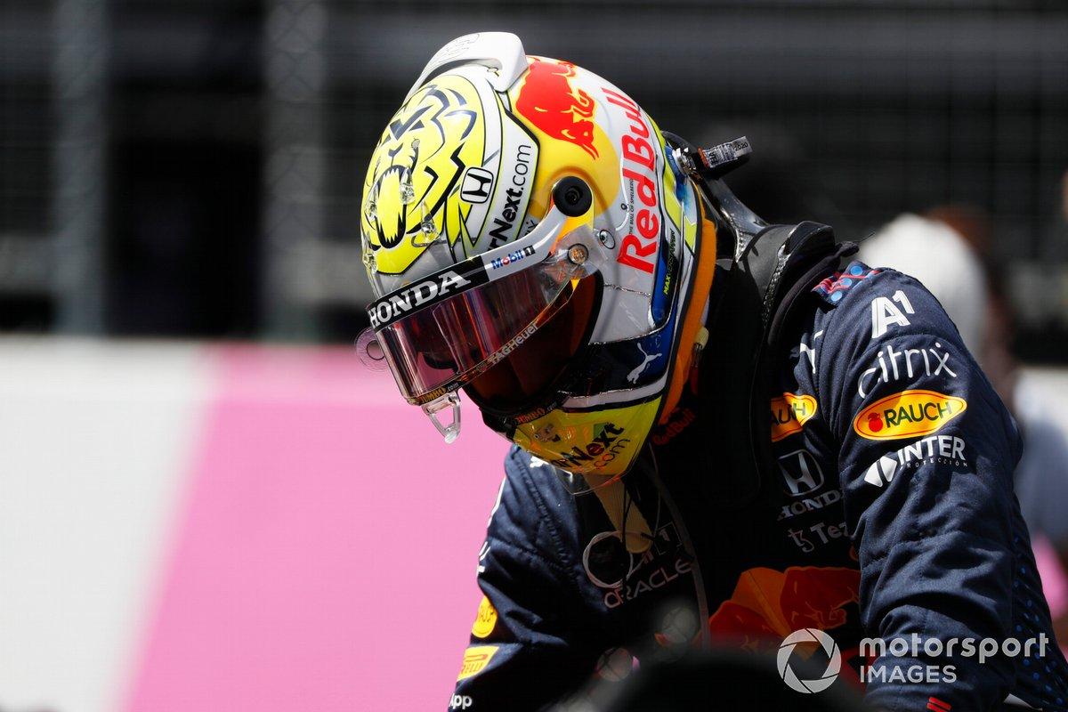 El ganador de la pole Max Verstappen, Red Bull Racing, llega a la parrilla de salida