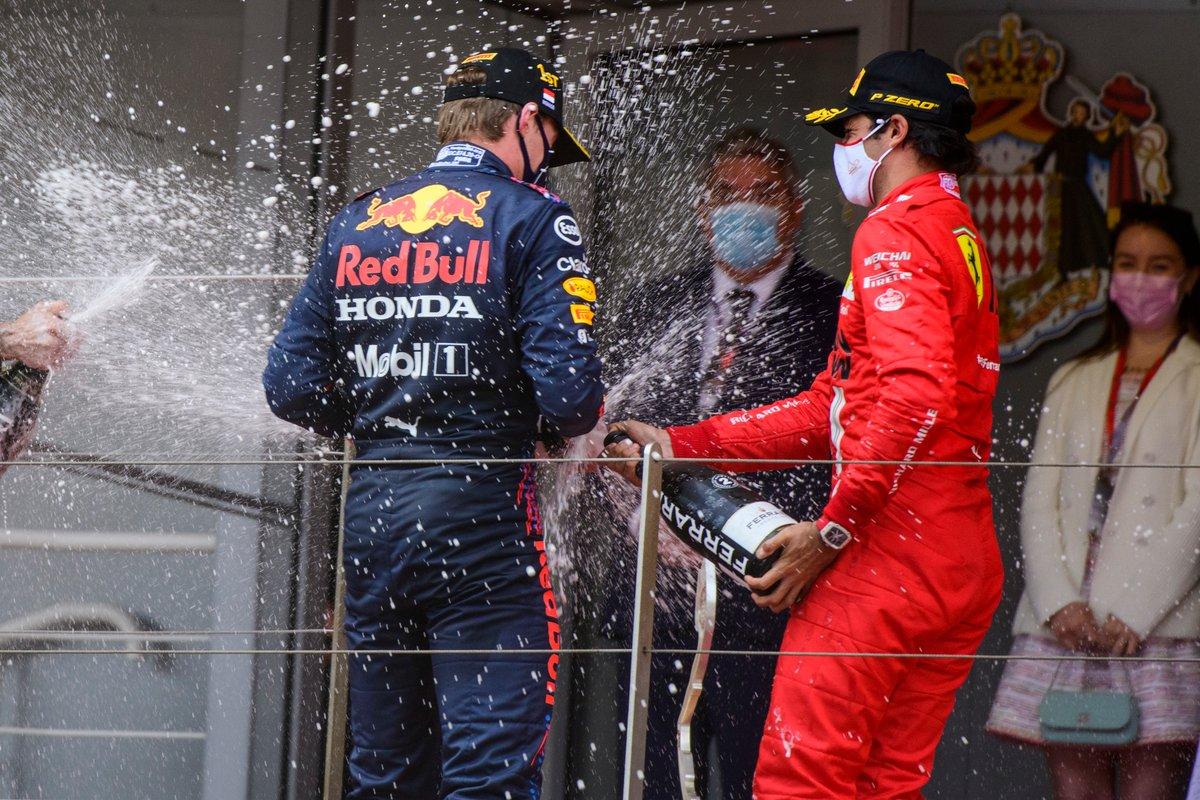 Podio: ganador Max Verstappen, Red Bull Racing, segundo lugar Carlos Sainz Jr., Ferrari