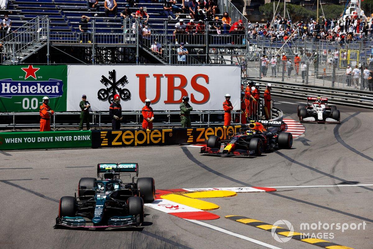 Sebastian Vettel, Aston Martin AMR21, Sergio Pérez, Red Bull Racing RB16B, Antonio Giovinazzi, Alfa Romeo Racing C41