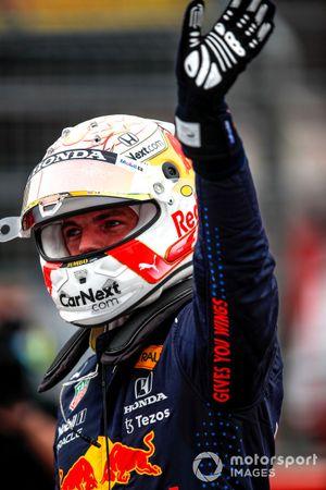 Il Pole man Max Verstappen, Red Bull Racing, saluta i tifosi dopo le Qualifiche
