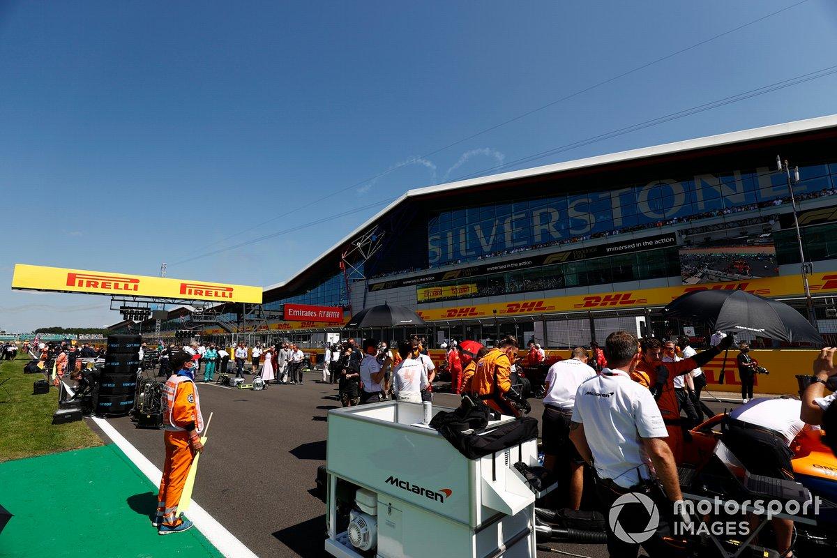 I meccanici McLaren in griglia