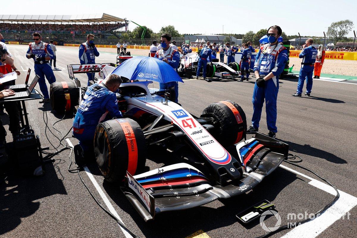 Mecánicos en la parrilla con el coche de Mick Schumacher, Haas VF-21