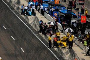 Scott McLaughlin, Team Penske Chevrolet, Will Power, Team Penske Chevrolet, Alex Palou, Chip Ganassi Racing Honda, dans la voie des stands