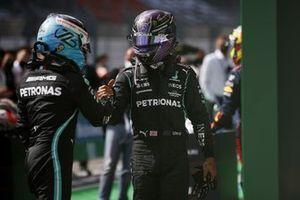 Valtteri Bottas, Mercedes, feliciteert Lewis Hamilton, Mercedes, 1st position, in Parc Ferme