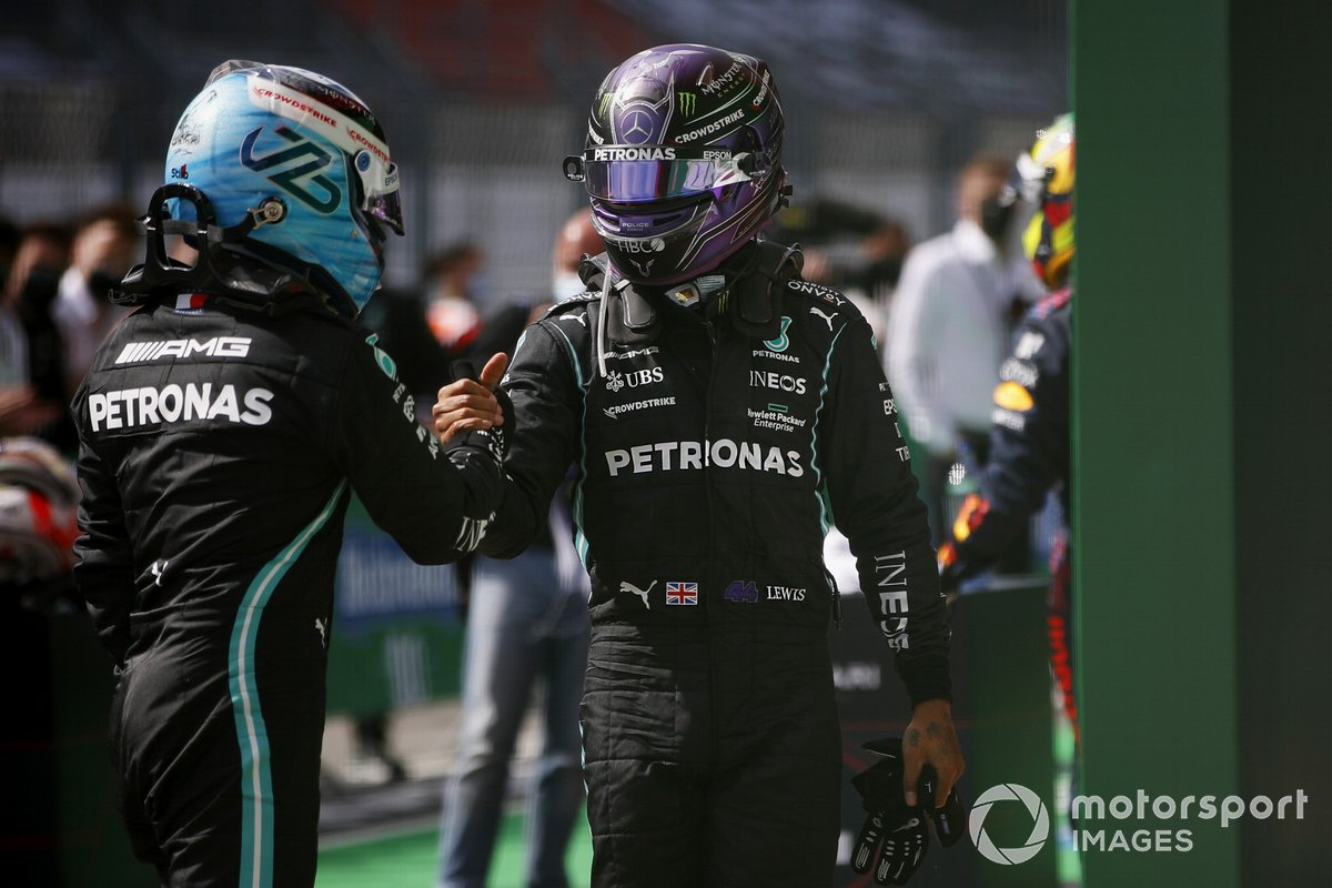 Tercer lugar Valtteri Bottas, Mercedes, felicita al ganador Lewis Hamilton, Mercedes, en Parc Ferme