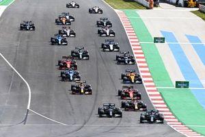 Valtteri Bottas, Mercedes W12, Lewis Hamilton, Mercedes W12, Max Verstappen, Red Bull Racing RB16B, en de rest van het veld bij de start