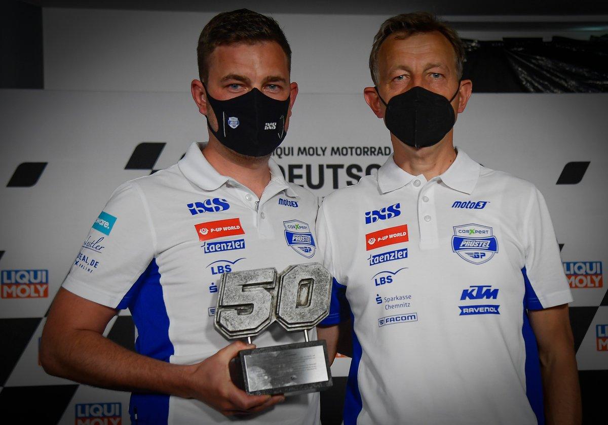 El director del equipo, Florian Prüstel, y el propietario, Ingo Prüstel, con el trofeo que marca la retirada del número 50