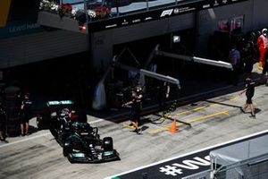 Lewis Hamilton, Mercedes W12, quitte le garage