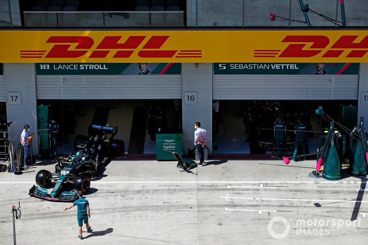 Lance Stroll, Aston Martin AMR21 sale del garaje