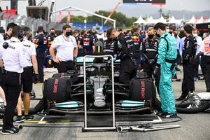 Mechanics on the grid with the car of Lewis Hamilton, Mercedes W12