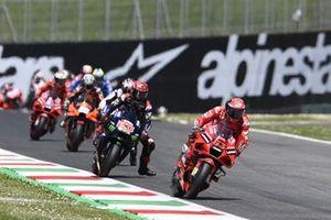 Francesco Bagnaia, Ducati Team, mène au départ de la course