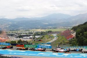 Sebastian Vettel, Aston Martin AMR21, Carlos Sainz Jr., Ferrari SF21, Daniel Ricciardo, McLaren MCL35M, Fernando Alonso, Alpine A521, Kimi Raikkonen, Alfa Romeo Racing C41, and the remainder of the field at the start