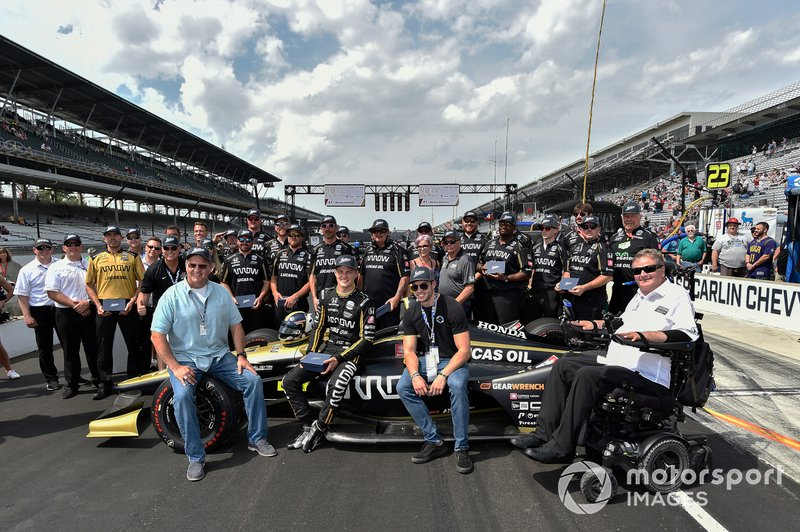 Marcus Ericsson and Sam Schmidt, Arrow Schmidt Peterson Motorsports Honda are presented with Jostens rings after winning pit stop competition