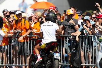 Lewis Hamilton, Mercedes AMG F1, arrivant sur sa moto