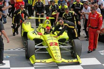 Simon Pagenaud, Team Penske Chevrolet est poussé sur la Victory Lane