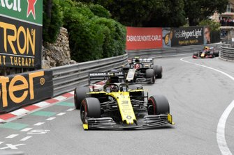 Daniel Ricciardo, Renault R.S.19, Kevin Magnussen, Haas F1 Team VF-19