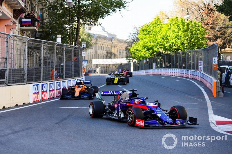 Daniil Kvyat, Toro Rosso STR14, Carlos Sainz Jr., McLaren MCL34, y Daniel Ricciardo, Renault R.S.19