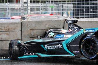 Alex Lynn, Panasonic Jaguar Racing, Jaguar I-Type 3, crashes into the barrier with Edoardo Mortara Venturi Formula E, Venturi VFE05 rear ended him