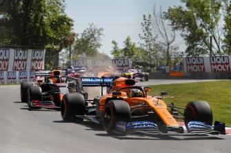 Lando Norris, McLaren MCL34, en Max Verstappen, Red Bull Racing RB15
