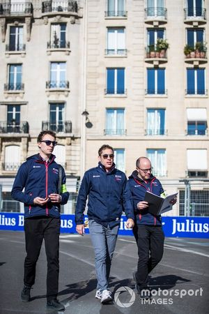 Robin Frijns, Envision Virgin Racing, on a track walk with this team