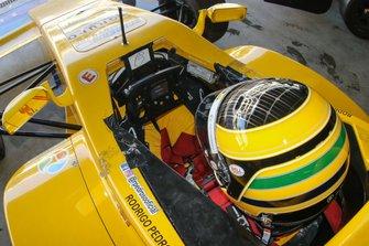 Estreante na categoria em 2019, o piloto Rodrigo Pedroso se concentra em seu cockpit - imagem Rodrigo Ruiz