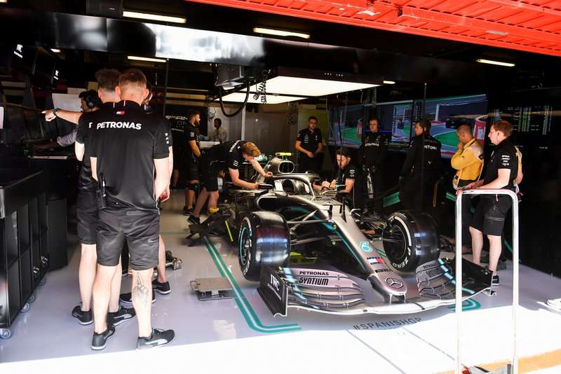 Valtteri Bottas, Mercedes AMG W10, dans le garage