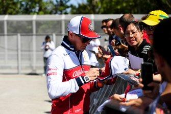 Kimi Raikkonen, Alfa Romeo Racing firma un autógrafo para un fan
