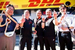 Toyoharu Tanabe, directeur technique F1 de Honda et Masashi Yamamoto, manager général de Honda Motorsport, célébrant la victoire avec le trophée et le champagne