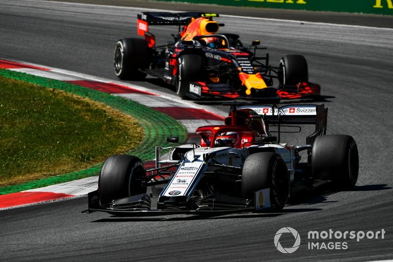 Kimi Raikkonen, Alfa Romeo Racing C38, Pierre Gasly, Red Bull Racing RB15