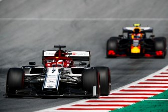Kimi Raikkonen, Alfa Romeo Racing C38, leads Pierre Gasly, Red Bull Racing RB15