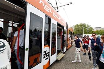 I piloti di Formula E salgono a bordo del tram