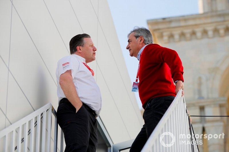 Zak Brown, directeur exécutif de McLaren, parle avec Carlos Sainz