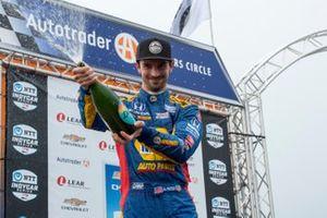 El segundo lugar, Alexander Rossi, y Andretti Autosport Honda rocían champán a los aficionados