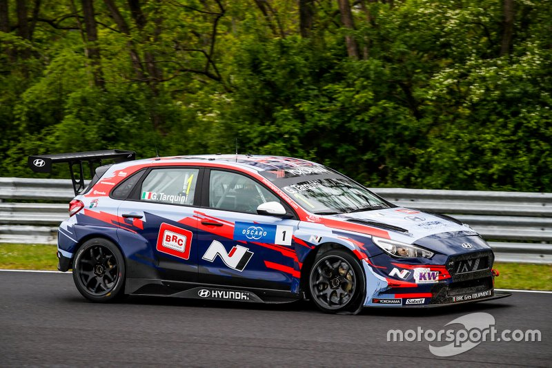 Gabriele Tarquini, BRC Hyundai N Squadra Corse Hyundai i30 N TCR wit a flat tire