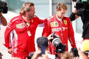 Un irritato Sebastian Vettel, Ferrari, seconda posizione, torna per i festeggiamenti sul podio